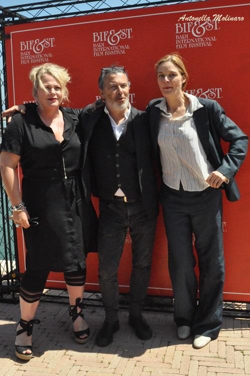 L'attore e regista Paolo Sassanelli tra le attrici Rian Gerritsen e Marit Nissen