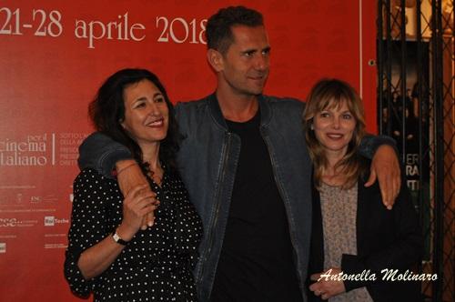 Il regista Roberto De Paolis tra le attrici Antonella Attili e Barbora Bobulova
