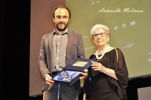 Alessandro Aronadio premiato da Gigliola Scola