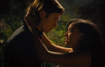 Nick Robinson e Amandla Stenberg in una scena del film 'Noi siamo tutto'