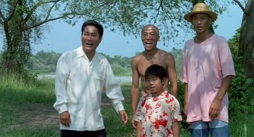 Testa pelata, Kikujiro e il poeta intenti a far divertire il piccolo Maseo