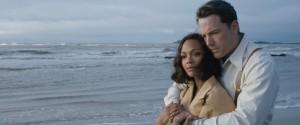 Ben Affleck e Zoe Saldana, in una scena di 'La legge della notte'