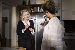 Eleonora Giorgi e Bianca Nappi in una scena del film La mia famiglia a soqquadro