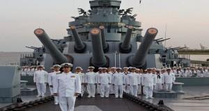 L'equipaggio della nave prima del bombardamento, nel film 'USS Indianapolis'
