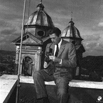 Gregory Peck in vacanza a Roma ripreso su una balconata