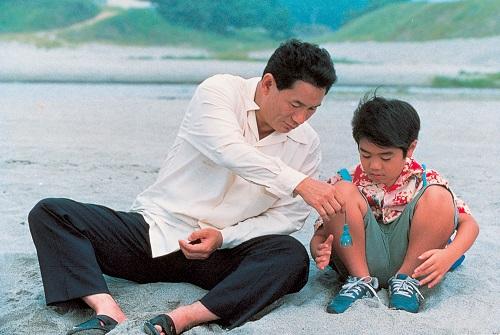 Kikujiro e Masao mentre giocano sulla spiaggia