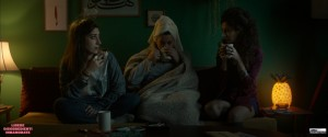 Sana Jammelieh, Shaden Kanboura e Mouna Hawa in una scena del film Libere disobbedienti innamorate