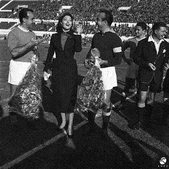 19-12-1954: Ava Gardner durante la partita di calcio Lazio-Napoli