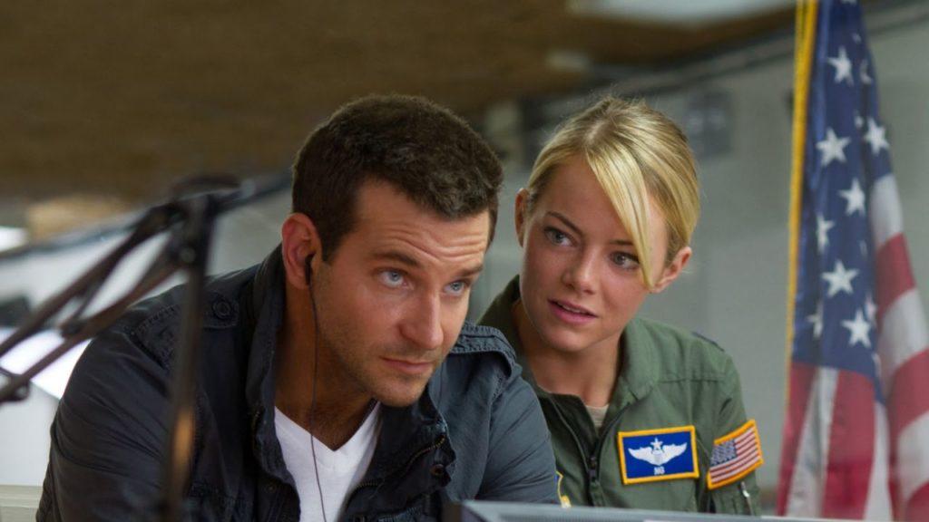 Emma Stone e Bradley Cooper in una scena di Sotto il cielo delle Hawaii