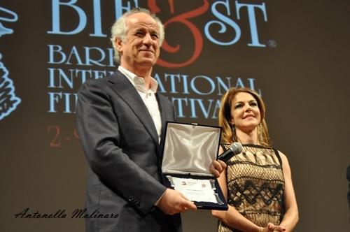 Toni Servillo premiato al BIF&ST 2016 da Claudia Gerini