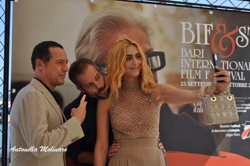 Il regista Simone Godano con gli attori Miriam Leone e Stefano Accorsi